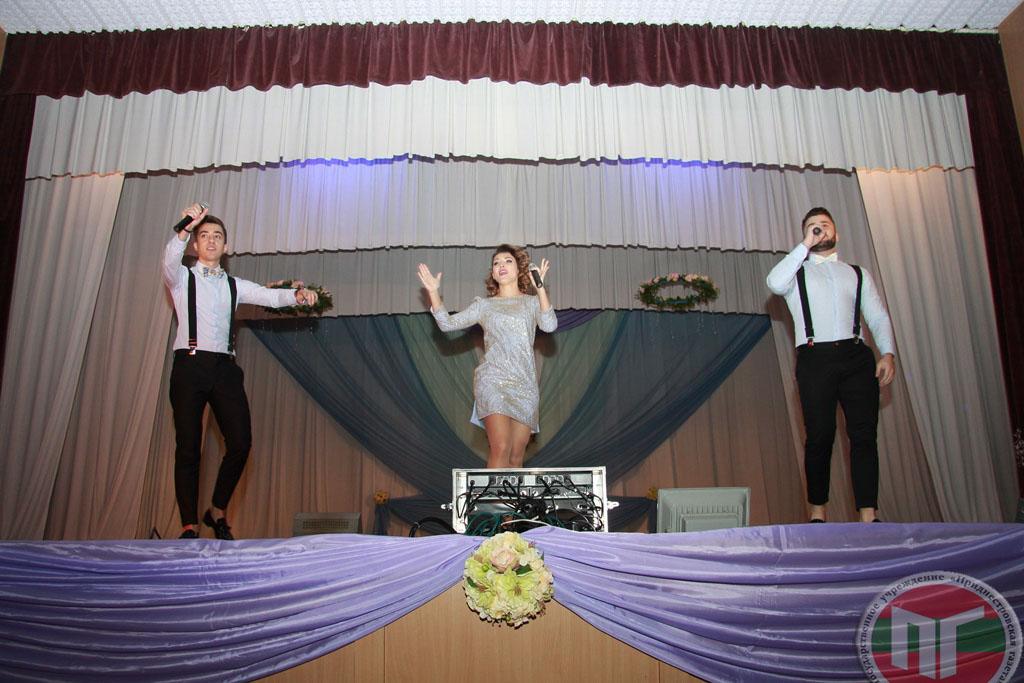 Настоящим подарком для всех стало выступление победителей Международного конкурса молодых исполнителей популярной музыки в городе Сочи «Новая волна-2017» группы DoReDos