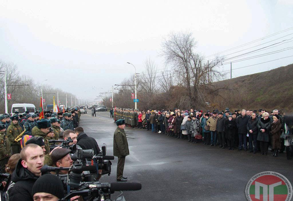 Памятник открыли в год 25-летия миротворческой операции на Днестре. В 1992 году здесь, на мосту Тирасполь – Бендеры, российскими миротворцами была остановлена необъявленная война молдавских националистов против мирного населения Приднестровья