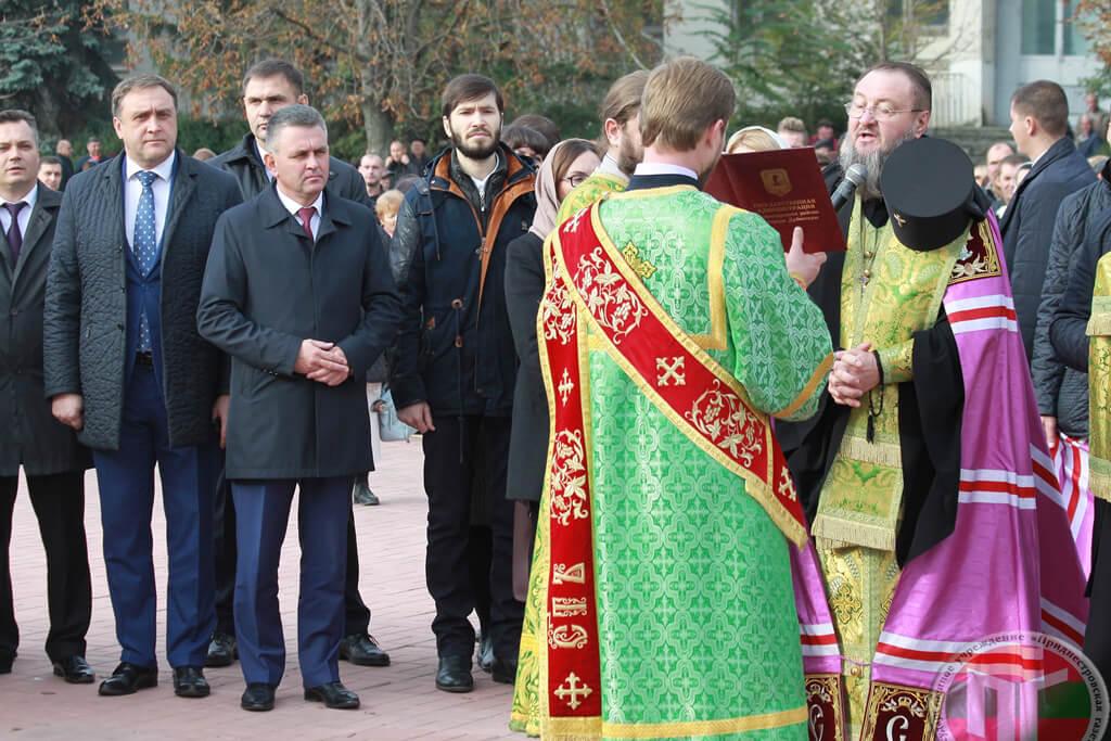 Священнослужители и прихожане прошли по улицам города крестным ходом до площади Победы, где состоялось праздничное богослужение