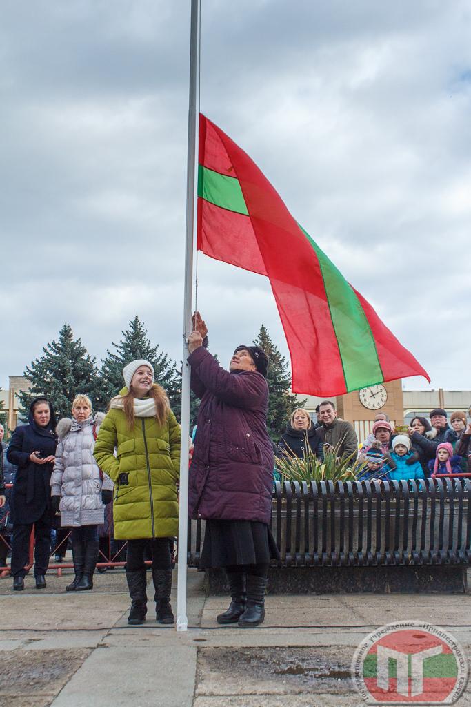 В 11-00 на центральной площади Победы под гимны ПМР и Рыбницы состоялось торжественное поднятие флагов республики и города.