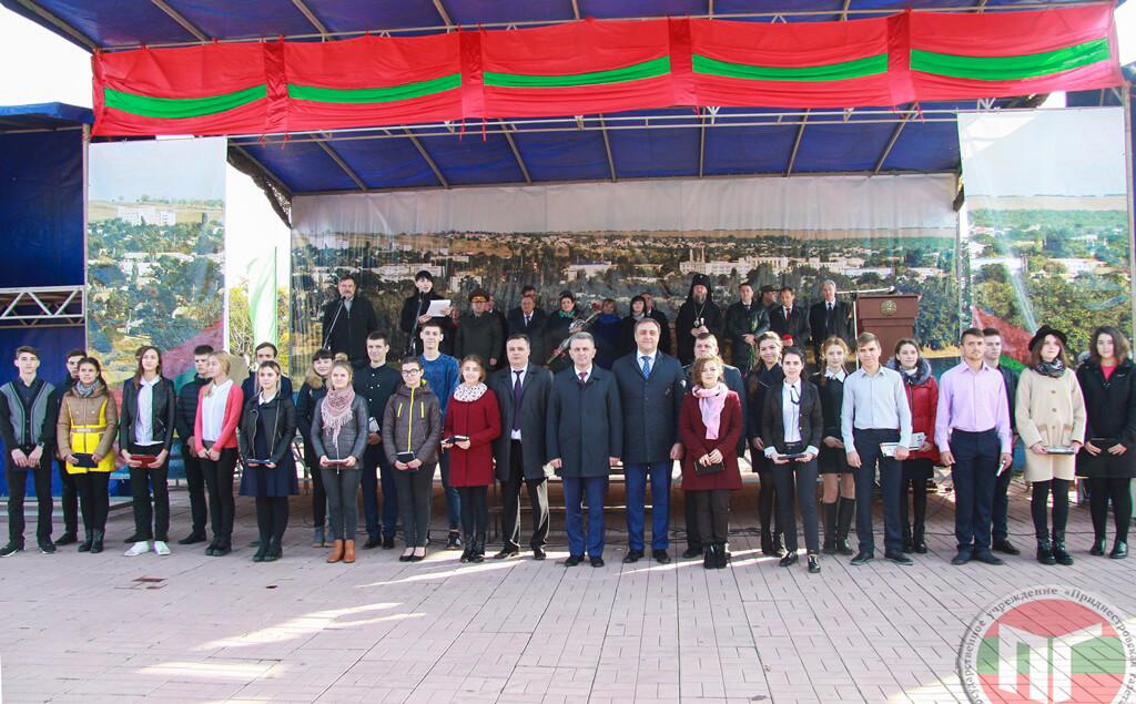 Здесь также прошла торжественная церемония вручения паспортов ПМР 28-ми юным гражданам республики