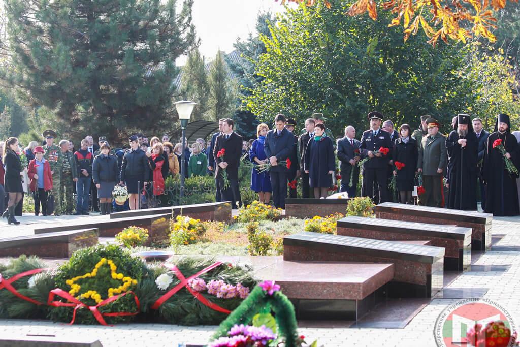 Дубоссарцы и гости города проследовали на Мемориал Воинской Славы, где в память о погибших героях была объявлена минута молчания, и возложили цветы к гранитным плитам