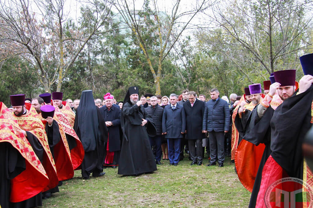 Продолжился митинг церемонией закладки и освящения камня будущей православной часовни