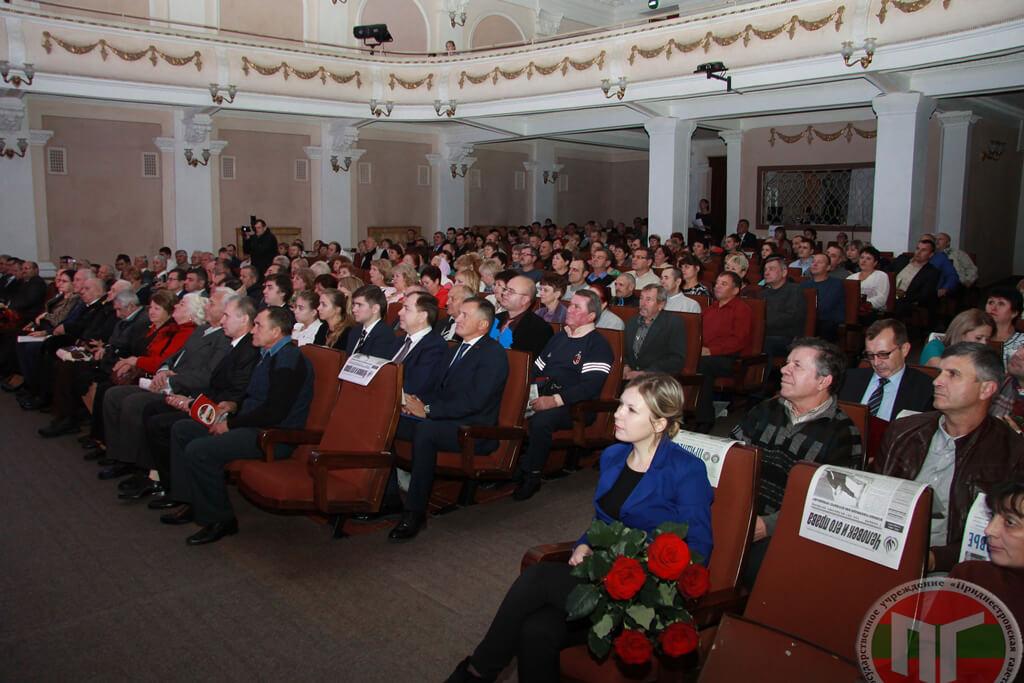 В рамках празднования полувекового юбилея Тираспольского троллейбусного управления, в городском Дворце культуры состоялось торжественное собрание