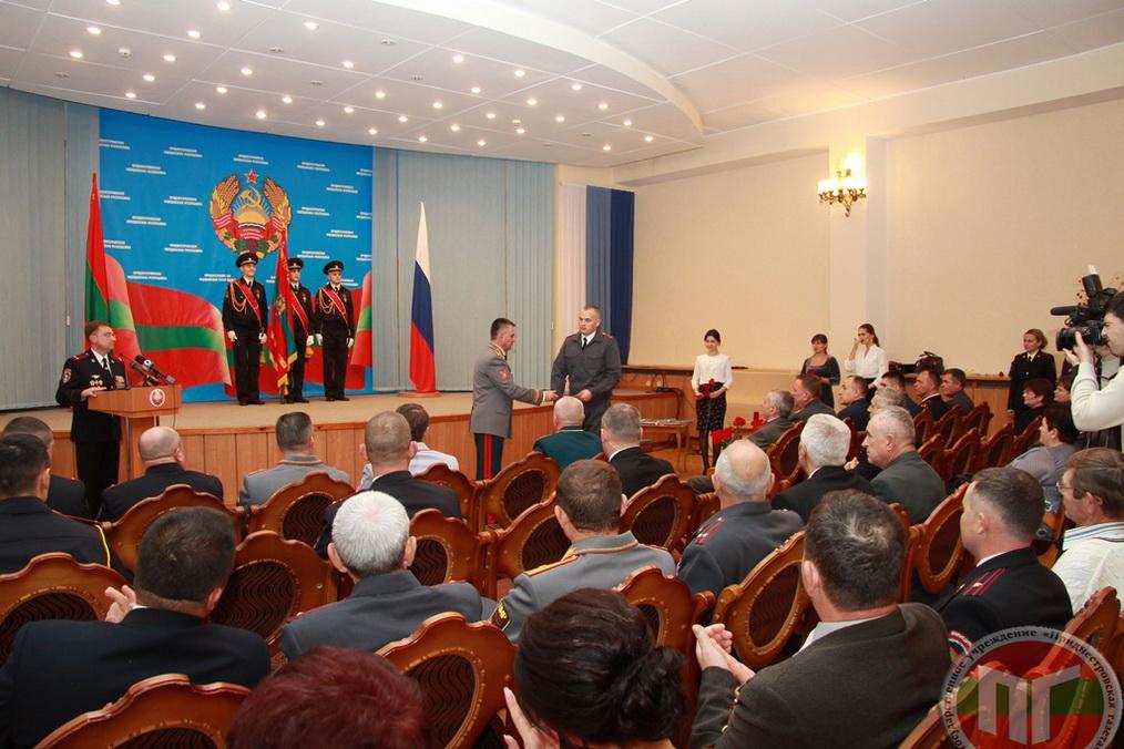 Из рук Вадима Красносельского Государственные награды в свой профессиональный праздник получили 27 сотрудников правоохранительных органов