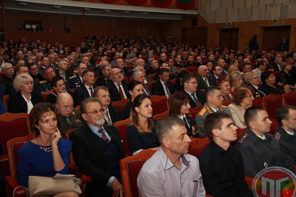 Торжественные мероприятия, посвященные 100-летию советской и 26-й годовщине приднестровской милиции, продолжил праздничный концерт в актовом зале столичного Дворца Республики