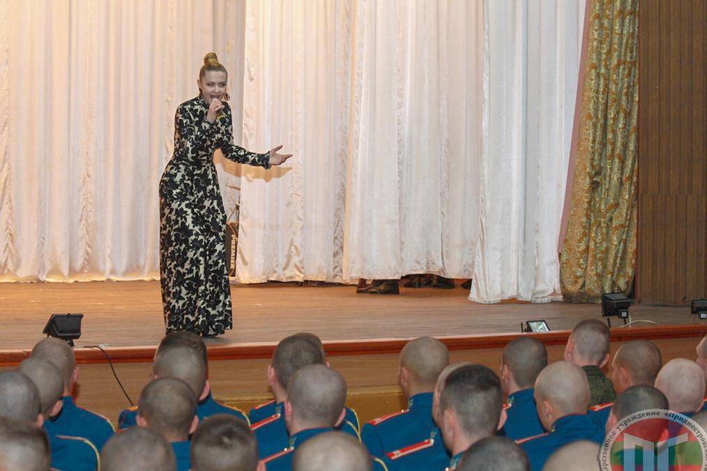 В завершении мероприятия артисты республики подарили присутствующим музыкальные и танцевальные номера, а военнослужащие РПК продемонстрировали свои лучшие приемы
