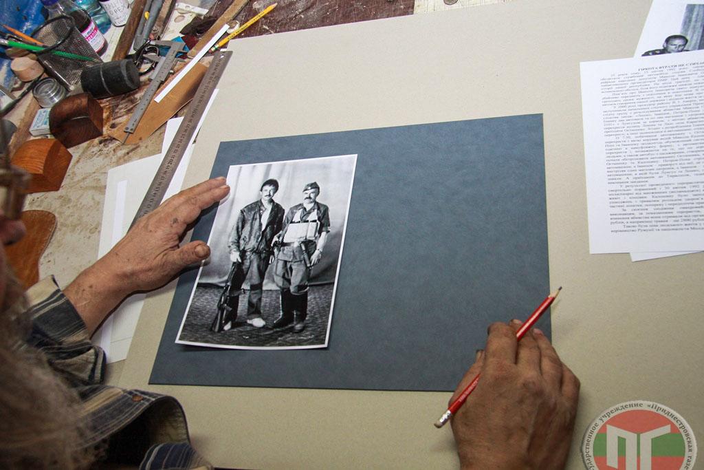 Выставка состоит из фотографий формата А4 и текстов, в которых рассказывается об истории человека со снимка и его участии в войне 1992 года. Имеющиеся материалы прикрепляются к паспарту
