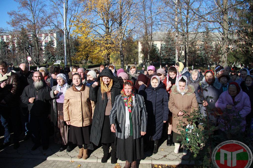 Десятки горожан пришли в храм и приняли участие в крестном ходе
