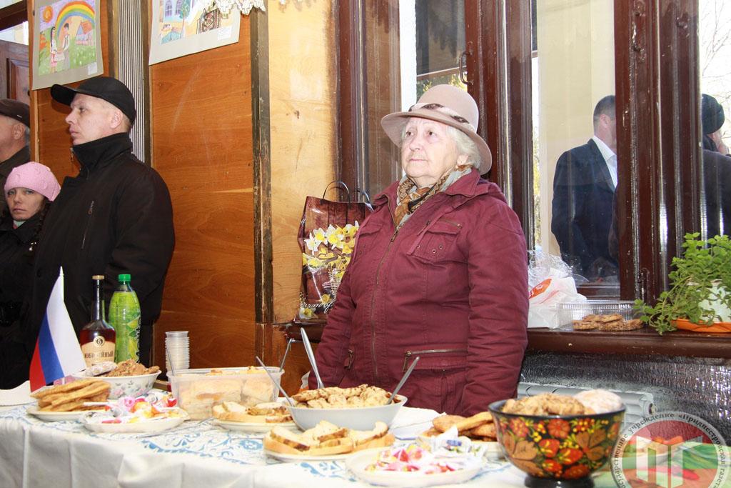 Русская община города и района накрыла праздничный стол, по словам ее представителей, они ежегодно угощают празднующих блюдами, одно из которых – традиционные блины