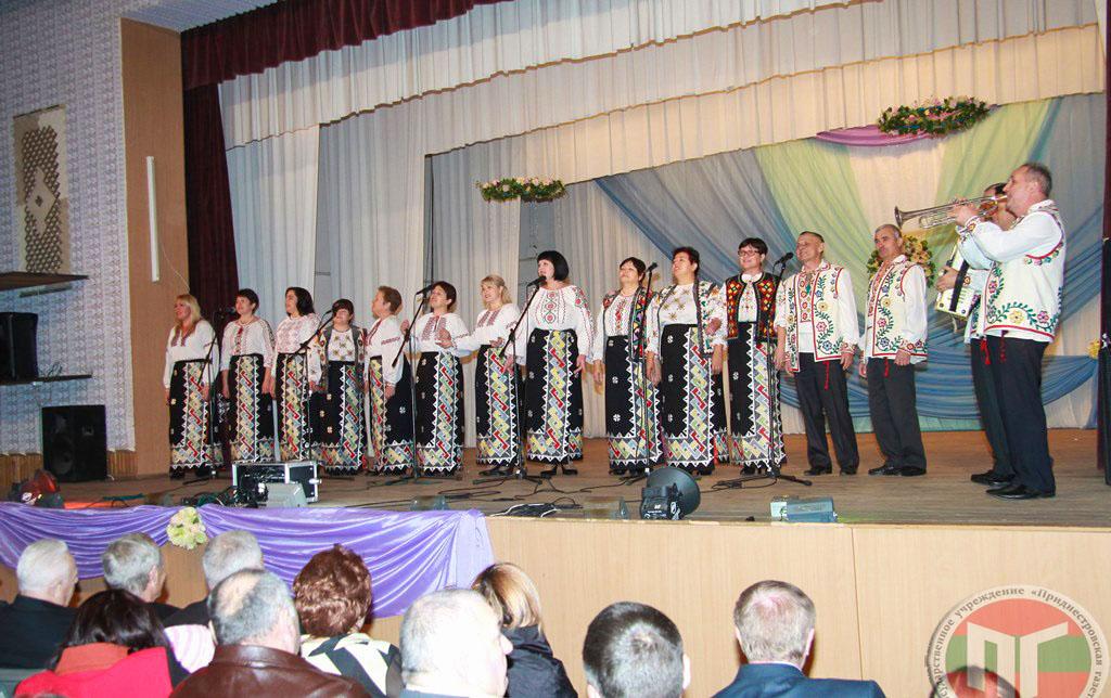 Для собравшихся в зале зрителей выступили творческие коллективы районного Дома культуры