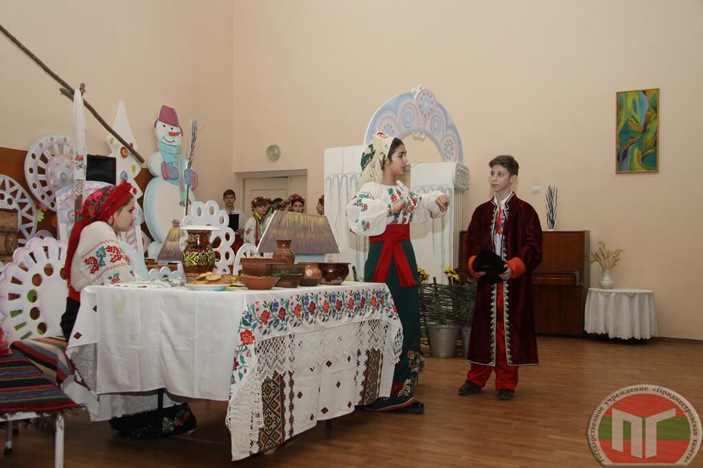 На импровизированной сцене, оформленной очень талантливо, в украинской хате начала собираться молодежь