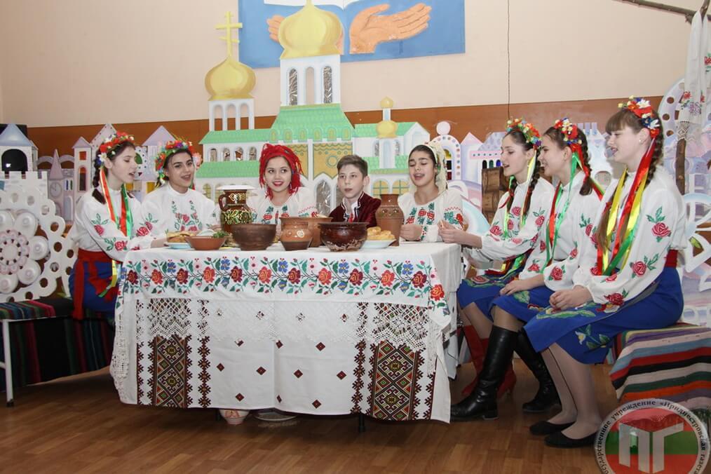 В Республиканском украинском теоретическом лицее-комплексе (РУТЛ-К) 13 декабря отметили Андреев день. Поскольку по народному календарю в этот день принято гулять и веселиться (особенно молодежи), то и в этом учебном заведении не обошлось без традиционных для украинского народа гуляний