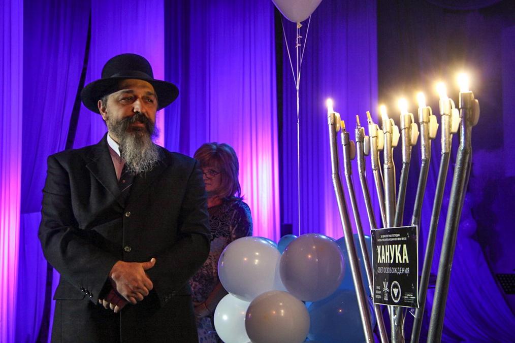 Годовщина основания центра совпала с еврейским священным праздником Ханука. Его празднование продолжается восемь дней. В эти дни принято зажигать свечи в ханукальном светильнике. Провел этот главный обряд со сцены Рав Даниэль Мунтяну