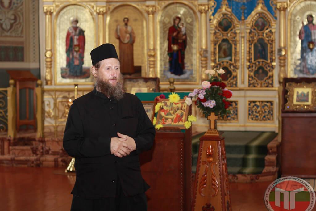 Монах Герман один из тех, кто проводит для посетителей монастыря экскурсии. Кроме того, отец Герман занимается монастырской типографией