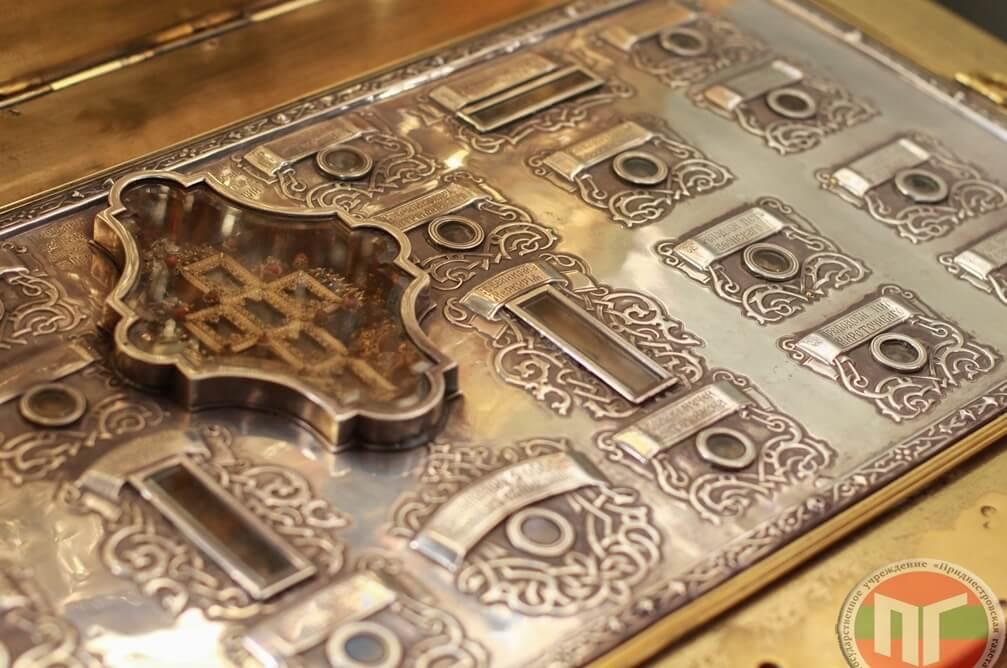 Мощи поставлены на кипарисовой доске, в серебряном окладе под стеклом с надписью имен святых. В центре между мощами находится крест с частичкой от Креста Господня и камень от Гроба Господня, подаренный Патриархом Иерусалимским Кирилломф