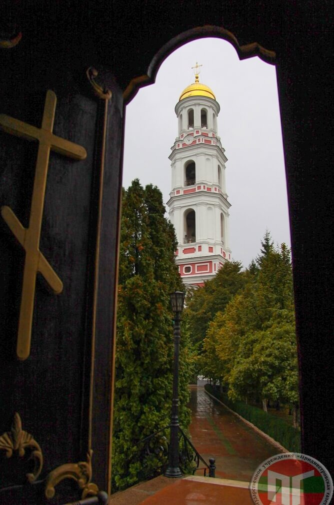 Монастырская колокольня в своё время была самой высокой в Молдавии. Она имеет 69 метров в высоту и состоит из пяти ярусов. Её часто сравнивают с колокольней Троице-Сергиевой лавры