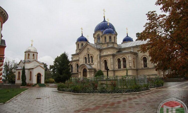 В состав монастырского ансамбля входят 4 храма: Свято-Вознесенский собор (летний), Успенская церковь (зимняя), Никольский храм (семинарский), Кресто-Воздвиженский (трапезный)