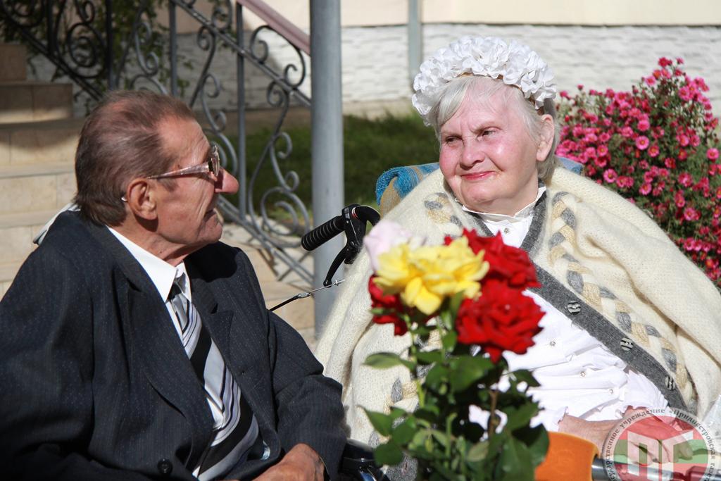 Двое жителей столичного дома-интерната Вячеслав Александрович Терещенко и Варвара Николаевна Кузьмина решили связать себя узами брака