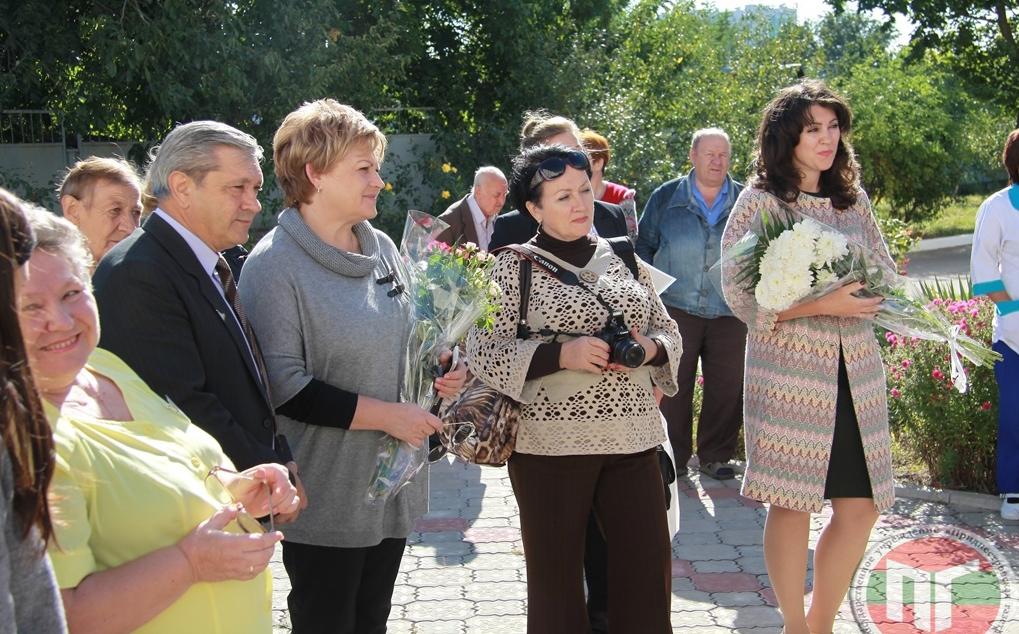 Поздравить молодых в этот праздничный день пришли заместитель Председателя Верховного Совета Галина Антюфеева, а также представители столичной госадминистрации, службы соцпомощи и сотрудники Дома-интерната