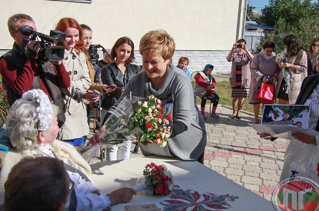 Депутат Верховного Совета ПМР Галина Антюфеева поздравляет новобрачных