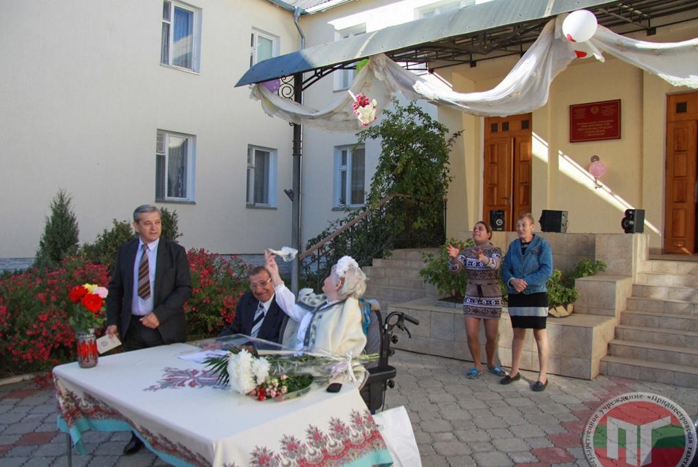 Торжественная церемония заключения брака завершилась бросанием букета невесты, который поймала одна из сотрудниц учреждения