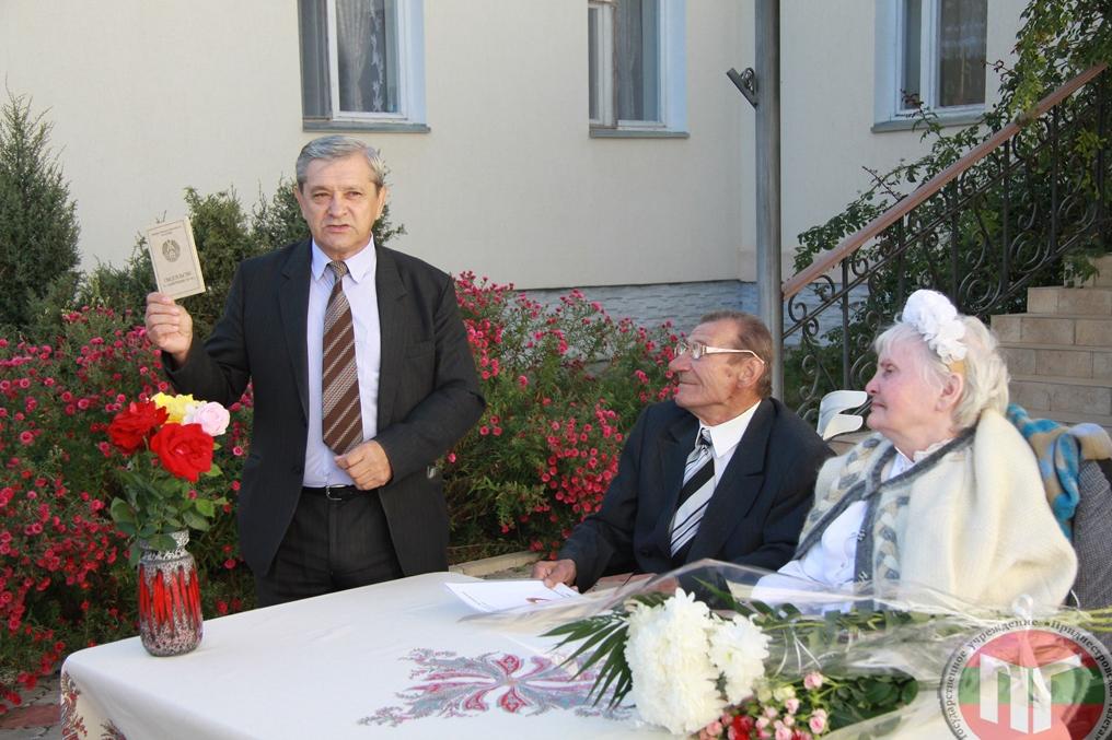 Директор Дома-интерната Павел Кушко поздравляет молодоженов с днем их бракосочетания