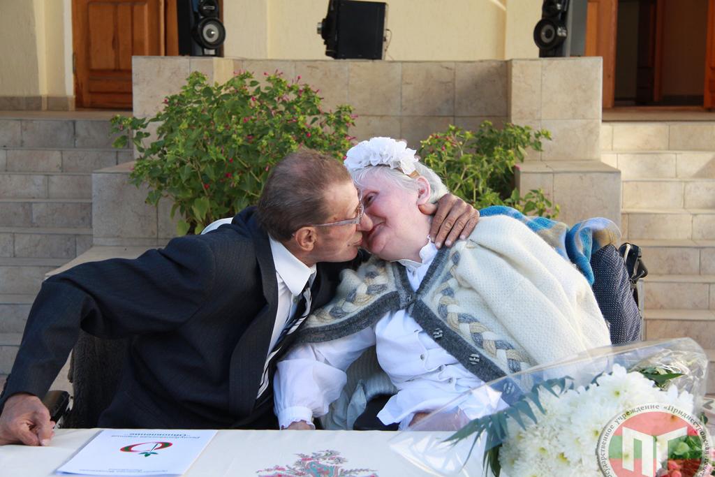 Жениху 75 лет, невеста на два года старше