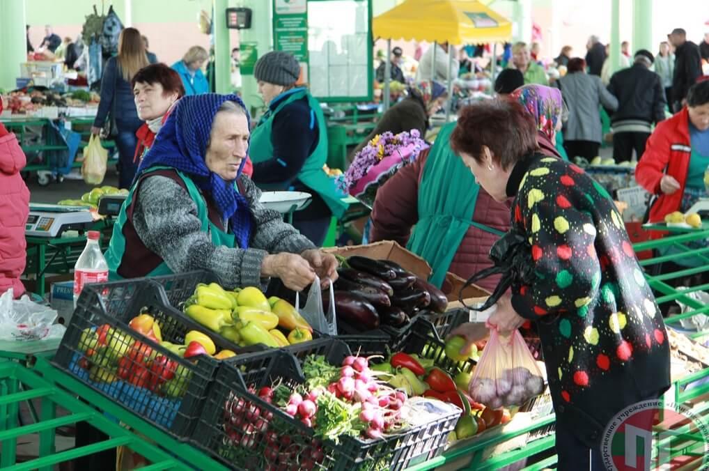 К слову, нет ничего проще в Тирасполе, чем добраться до Зеленого рынка. Практически у всех видов общественного транспорта приднестровской столицы одной из остановок значится Зеленый рынок, а остальные маршруты движения проходят в непосредственной близости от него