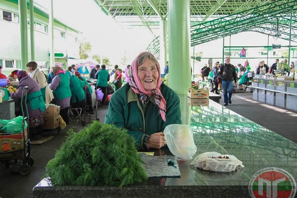 Местная пенсионерка продает свежую зелень со своего огорода