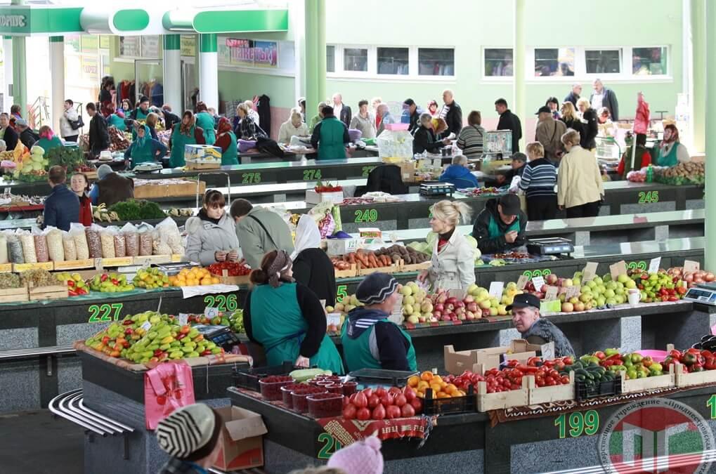 Зеленый рынок, рассчитанный на сотни торговых мест, сегодня скорее напоминает современный торговый центр