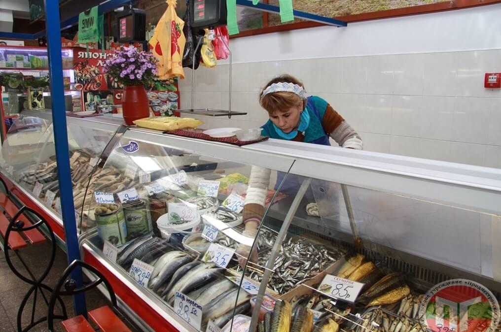 К праздничному столу здесь всегда можно купить жирную, свежую, копченую скумбрию или селедку под печеную картошку к ужину