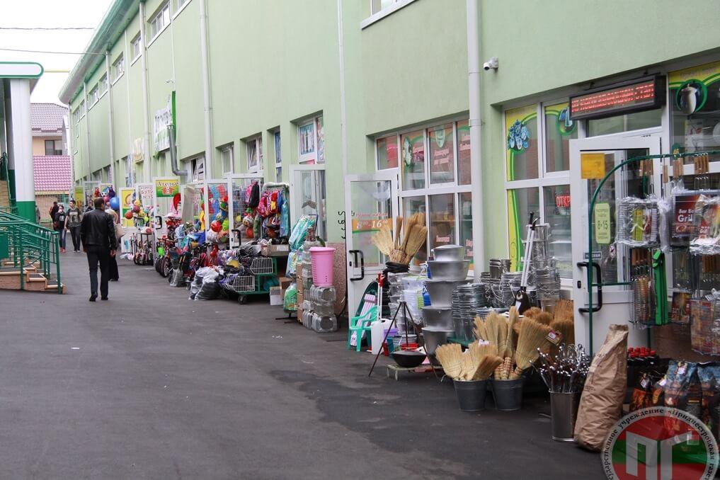 Кроме продуктов питания рынок предлагает промышленные товары, одежду, обувь, галантерею