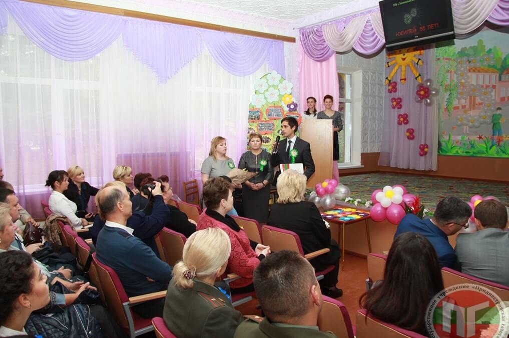 Тепло поздравил педагогов и воспитанников школы-интерната заместитель министра по социальной защите и труду Олег Федотов