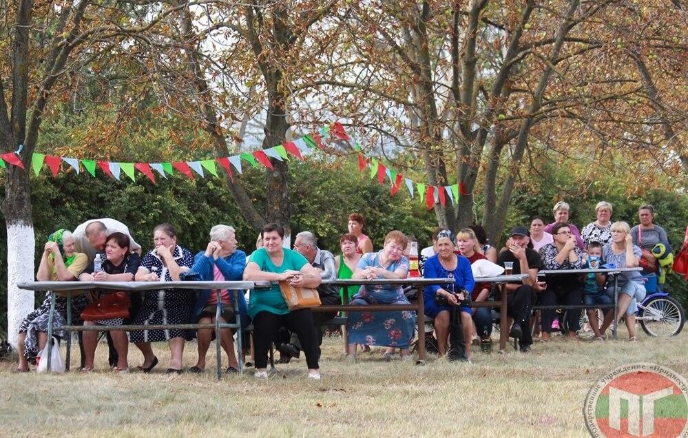 На храмовый праздник села Бычок собрались десятки его жителей — как представители старшего поколения, так и подрастающего