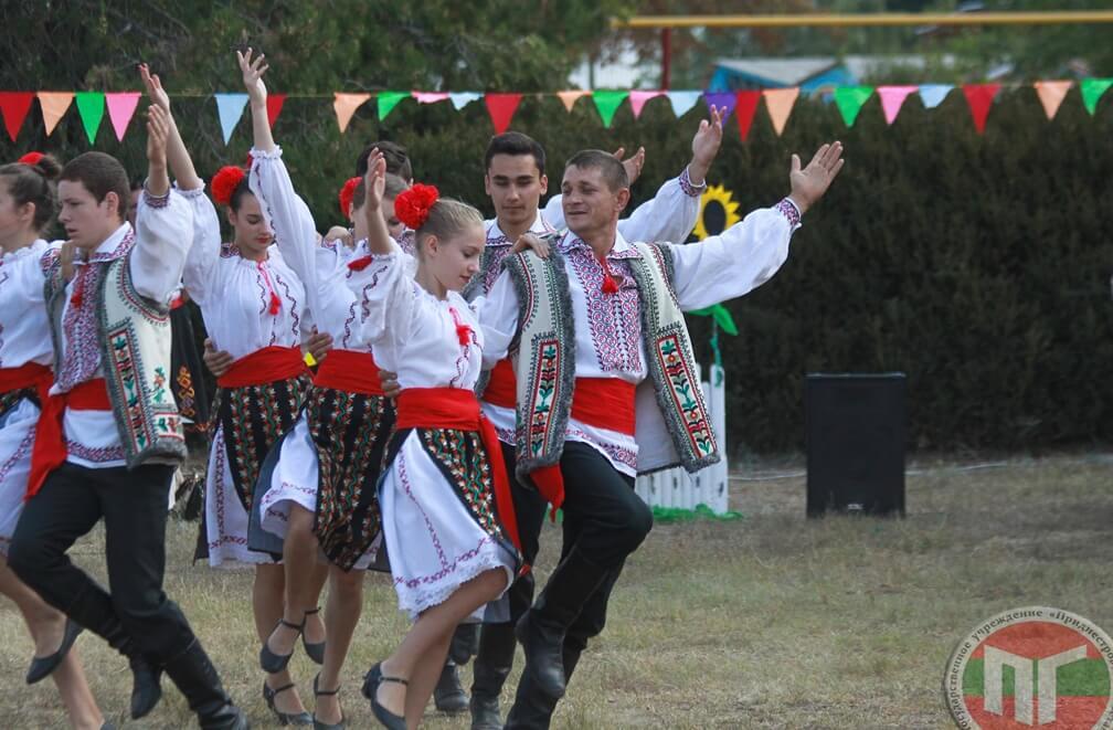 Перед жителями выступили танцевальные коллективы в народных костюмах